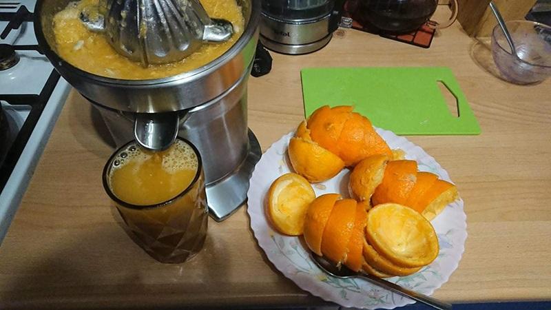 Приготовление мандаринового сока с помощью соковыжималки